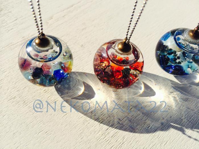 ガラスドームのネックレス/左から明け空・夕焼け・深海