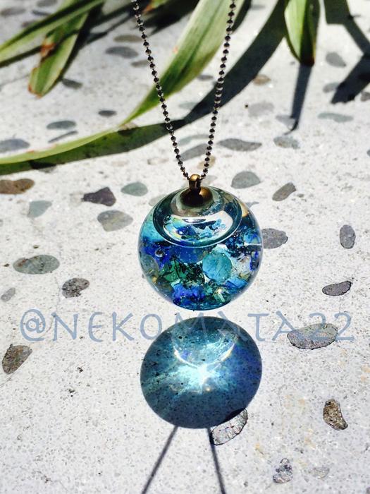 ガラスドームのネックレス/海